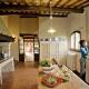 Kochen macht gleich doppelt Spaß in der wunderschönen antiken Küche des Le Trosce