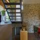 Cooler Mix aus moderner Treppe und altem Stein im Haus Canopy
