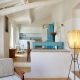 Ein Mix aus Farbe, Holz und weiß im Apartment Moon