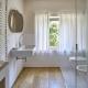 Das Bad im Apartment Zoo - ein hübscher Mix aus weiß und Naturtönen