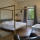 Das stylische Himmelbett im Apartment Zoo