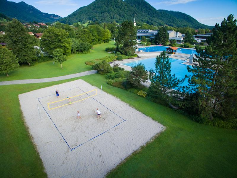 Das Vita Alpina in Ruhpolding: Funbad drinnen und draußen. Und eine Volleyballfeld gibts auch...