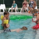 Ferienfreunde beim Plantschen im Pool