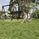 Der Spielplatz ist Treffpunkt der Kids...