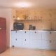 Das Herz des Hauses: Die Küche mit dem Kühlschrank zur Selbstbedienung