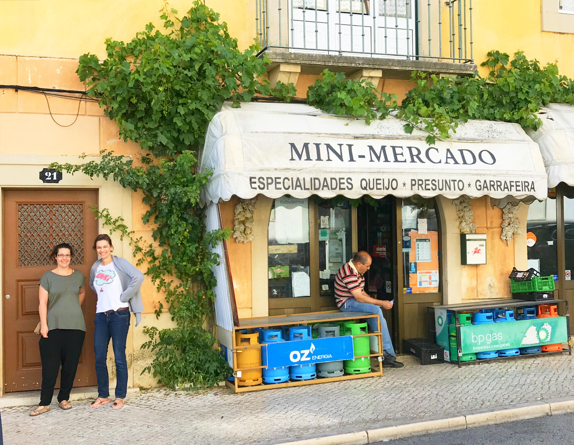 Mit Felipa vor dem Eingang der Flattered Apartments in Tomar