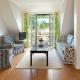 Das hübsche Wohnzimmer in der Ferienwohnung Mathilde mit Blick auf die Terrasse