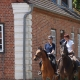 Hausherrin Inken hilft mit ihrem Team Kleinen und Großen Reitern