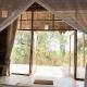 Der Ausblick von einer der beiden Hütten des Familienvilla-Ensembles: grün, grün, grün