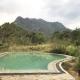 Einen beeindruckenden Ausblick auf den Monkey Hill hat man sowohl vom Restaurant als auch vom Pool aus