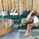 Gerangel und Kuscheln auf dem gemütlichen Sofa