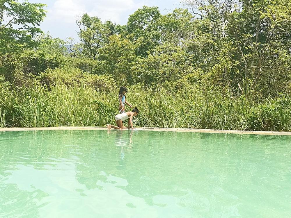 Genau das Richtige in Sri Lanka mit Kindern: Schwimmen im Pool im Dschungel in der Gal Oya Lodge