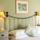 Ein Schlafzimmer mit Doppelbett im Bull Run Cottage