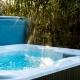 Der Hot-Tub steht mitten in der Natur