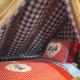 Stilecht: Karierte Bettwäsche auf dem Dachboden