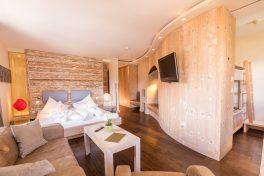 Eines der schicken Zimmer im Hotel Alprenrose