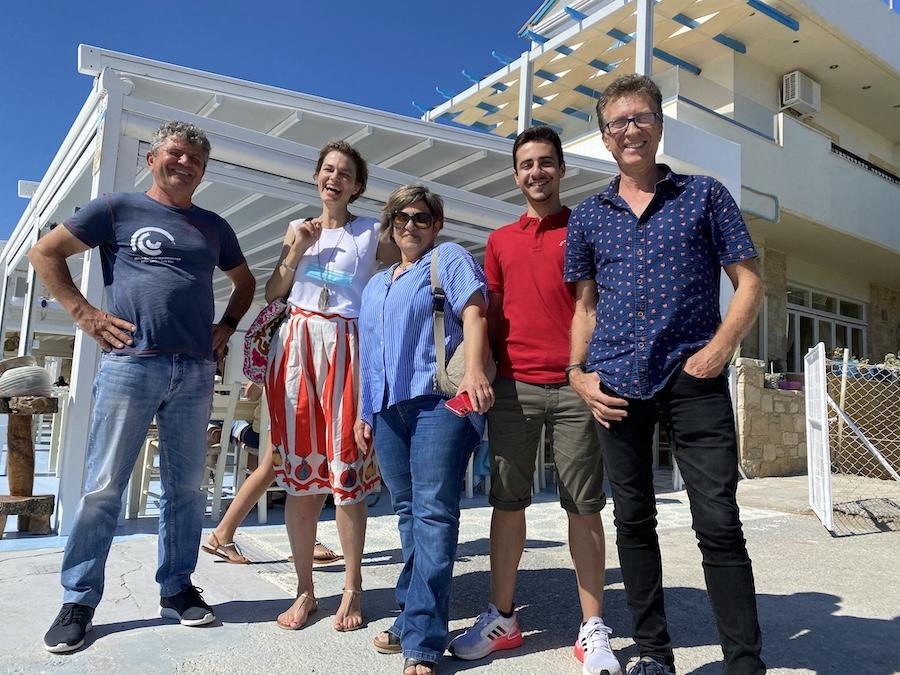 Vor dem Restaurant von Giorgos am Strand von Kalamaki (von links nach rechts: Giorgos, Sonja und Stella, Giannis und Angelos von den Stelani Villas)