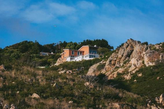 Die Guincho Bay Villa liegt unglaublich malerisch Mitten im Naturpark Serra de Sintra auf einem Felsen mit Meerblick
