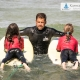 Ein Surflehrer zieht sie raus...