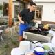 Gerhard schwingt den Kochlöffel auf der Terrasse - nach dem Essen gibts Kaiserschmarrn für alle! Bergblick inklusive!