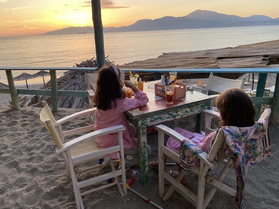 Eistee für die Minis und Mojito für die Großen in der Bunga-Bunga-Bar am Kommos-Strand. Natürlich mit den Füßen im Sand!