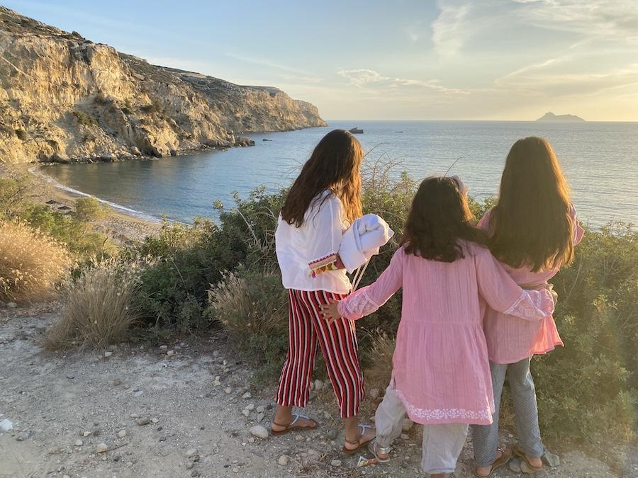 Auch im Frühjahr ist Kreta super zu bereisen mit Kindern - es ist noch nicht so heiß und noch nicht so voll. Hier schauen Sonjas Töchter auf die Bunga-Bunga-Bar-Bucht...