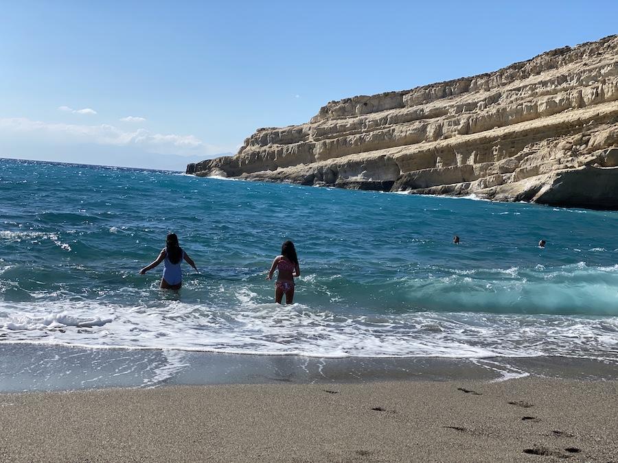 Kreta mit Kindern: Baden vor den (antiken) Hippy-Höhlen von Matala