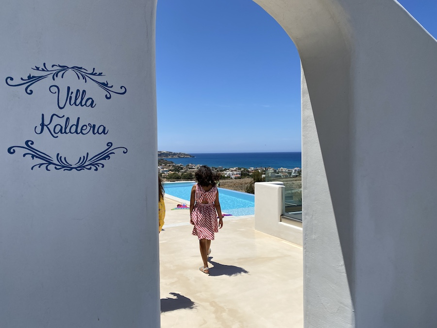 Sonjas Töchter am eigenen Pool in der Villa Kaldera der Stelani Villas im Süden Kretas