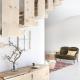 Vom Wohnzimmer gelangt man über eine Holztreppe zu den zwei Schlafzimmern