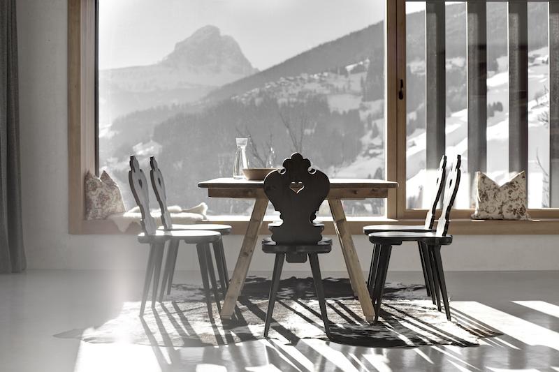 Der Blick in die Dolomiten durch die großen Fenster ist ein Traum