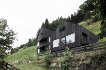 Das La Pedevilla steht auf einer steilen Bergwiese am Südhang