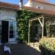 Die Terrasse der Gîtes führt Euch direkt in den Garten und zum Pool