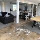 Wir lieben diesen Raum mit seinen erhaltenen Gebrauchsspuren - Wohnbereich im Studio!!