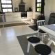 Der hübsch weiß getünchte Küchen- und Essbereich im Loft