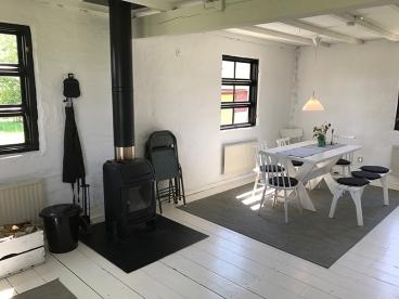Der Essbereich mit gemütlichem Ofen im Loft-Apartment