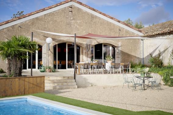 Das Loft hat einen eigenen Garten und Pool