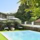 Olivenbäume und Sonnenschirme bieten Schatten am Pool