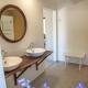 Auch die Badezimmer im Lustrup Farmhouse sind ein modernes Landhausstil-Träumchen