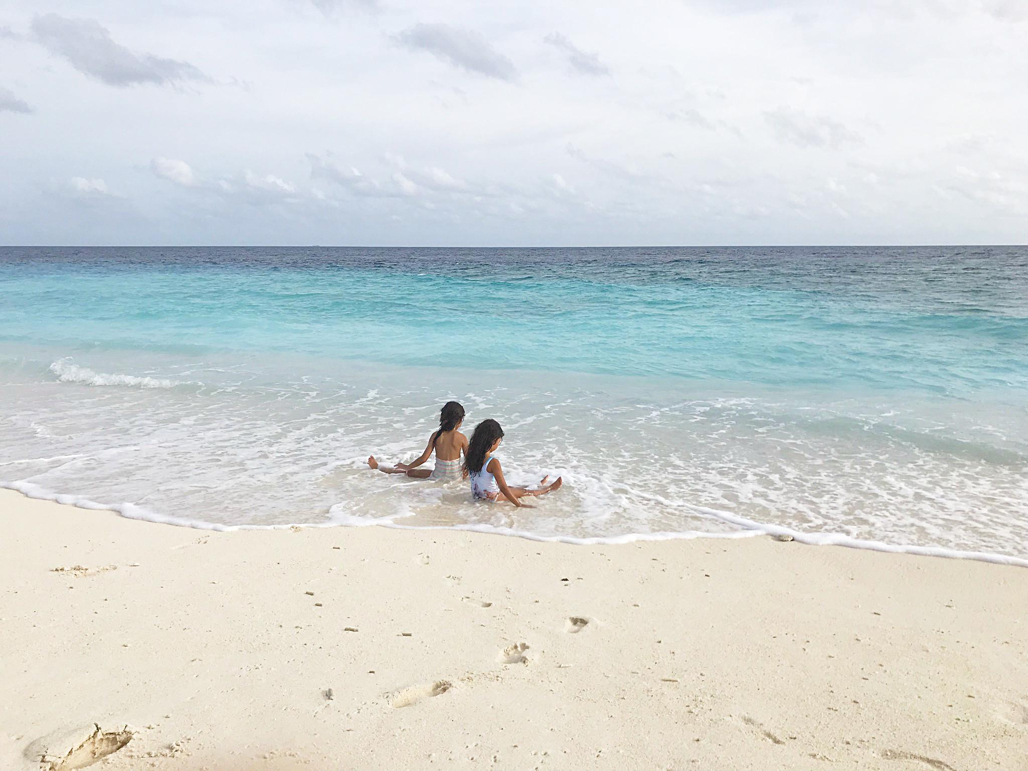 Malediven mit Kindern auf einer Einheimischeninsel - riesen Sandkasten + Meer = glückliche Kids!