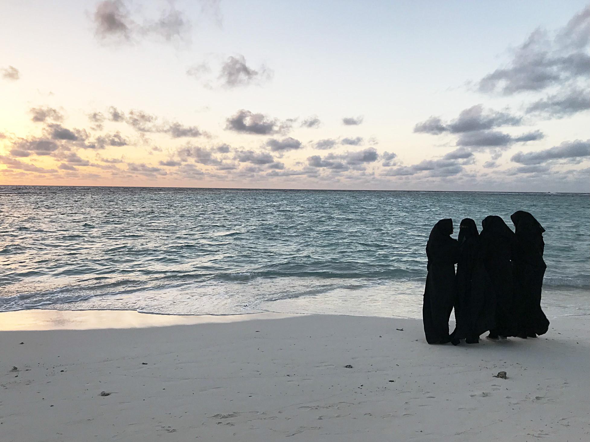 Sonnenuntergang am Local Beach - ein paar Damen in schwarz möchten auch gern ein Sonnenuntergangsbild!