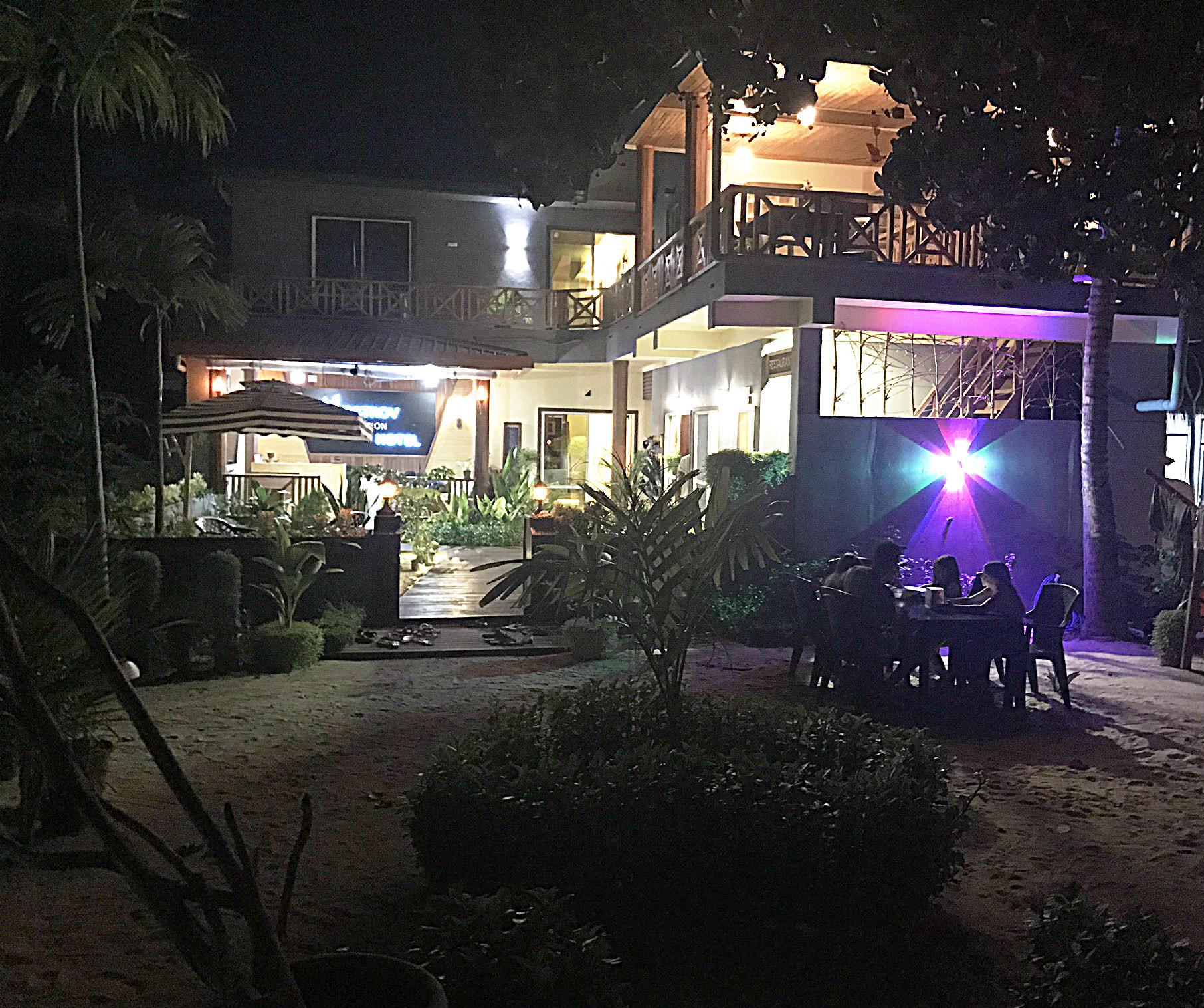 Nächtliches Dinner im Ostrov Hotel - Füße im Sand und Meeresrauschen...
