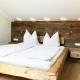 Moierhof - die schicken Betten wurden aus alten Balken gezimmert