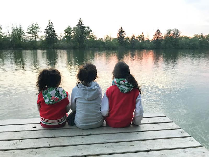 Die drei Little Travel Töchter an einem Zufluss des Chiemsees