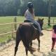 """Auf dem Moierhof dürfen die Kids auch mal alleine aufs Pony. Matthias meint: """"Des a eingezäunter Sandplatzplatz. Wenns foilln (= fallen), foillns weich."""""""