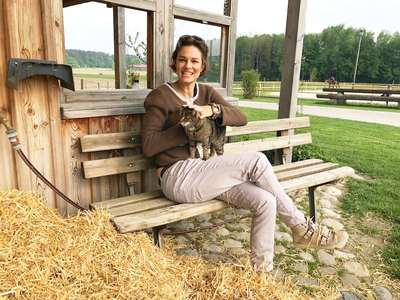 Moierhof - Sonja als Katzenfan hat immer eine Mieze zum Streicheln gefunden!