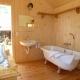 Fürs Baden und Duschen müsst Ihr ins Badehäuschen neben der Hütte