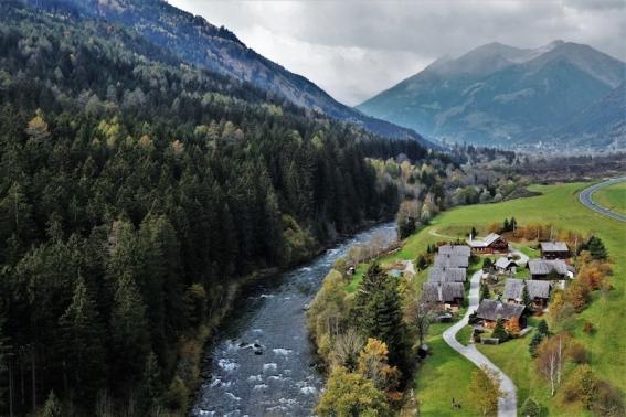 So hübsch liegt das Landgut Moserhof am Fluss