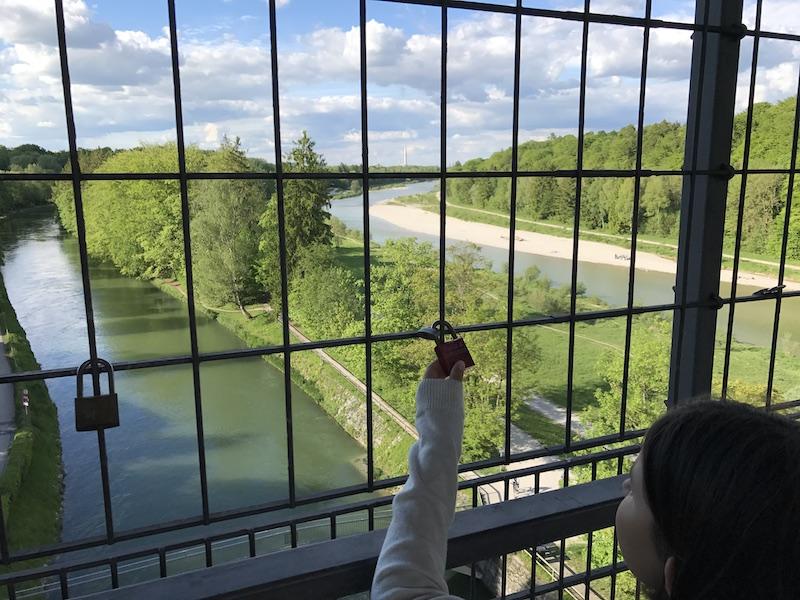 Münchner Familien und Liebespaare hängen Schlösser mit Gravuren an die Brücke