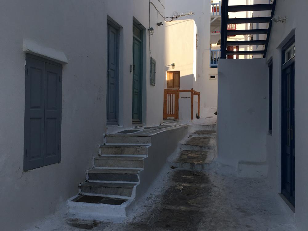 Die typischen weißen Gässchen auf den schönen griechischen Inseln - da gibt es viel zu entdecken für Kinder!