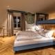 Im Schlafbereich der Suite Waldlilie findet man alte, freigelegte Wandmalereien